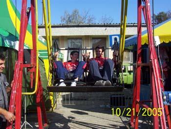 Иван и Сашо нагласени за поредното забавление – въртележката...